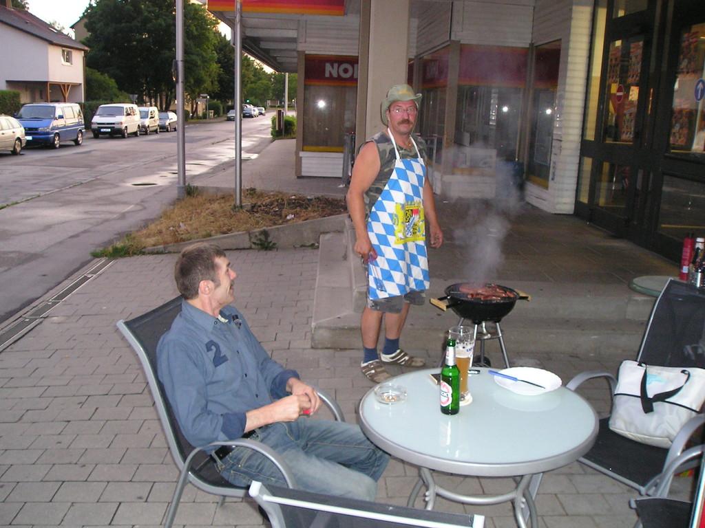 Walter und Gerhard beim Grillen