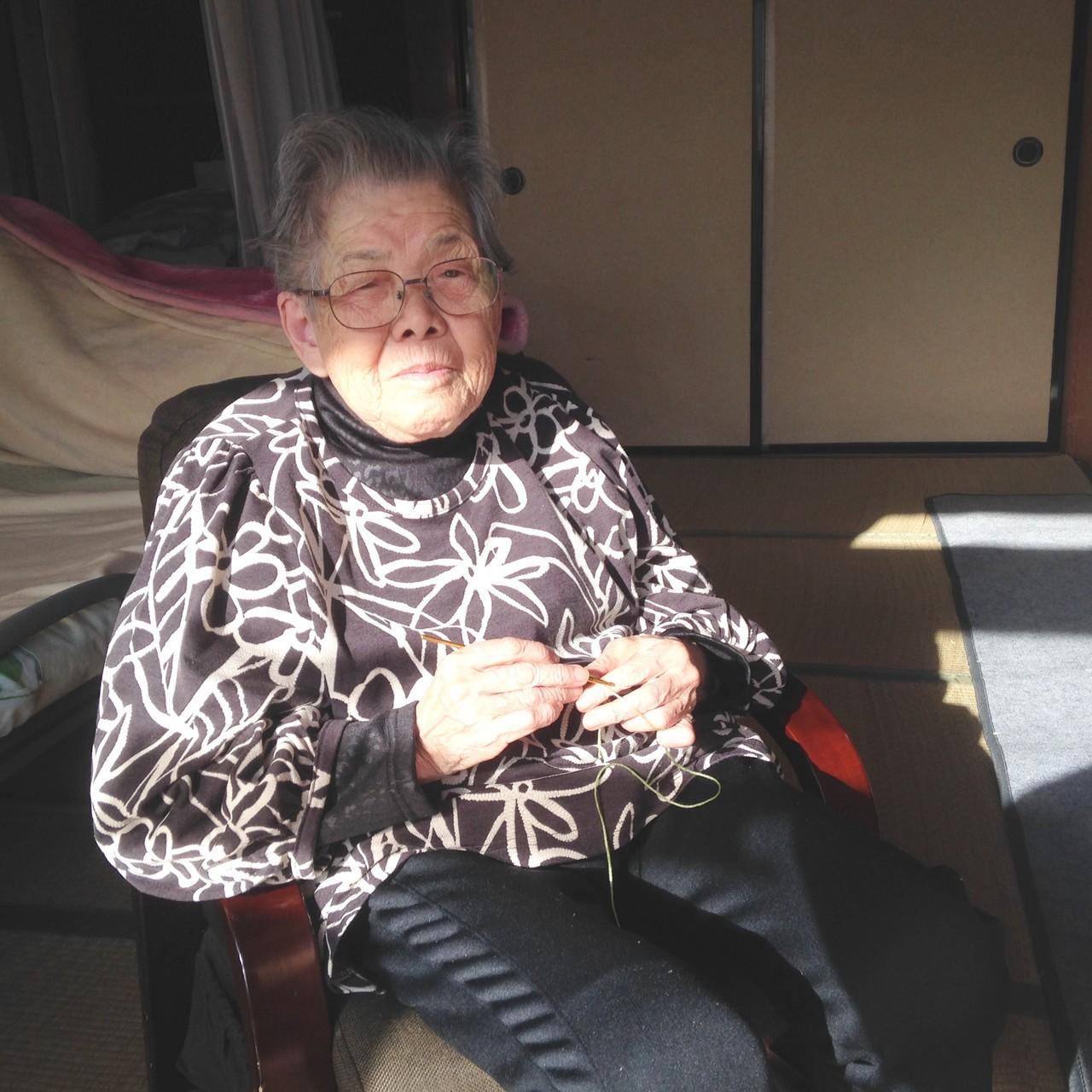 個人活動の時間に老眼鏡をかけ、編み物を行っております