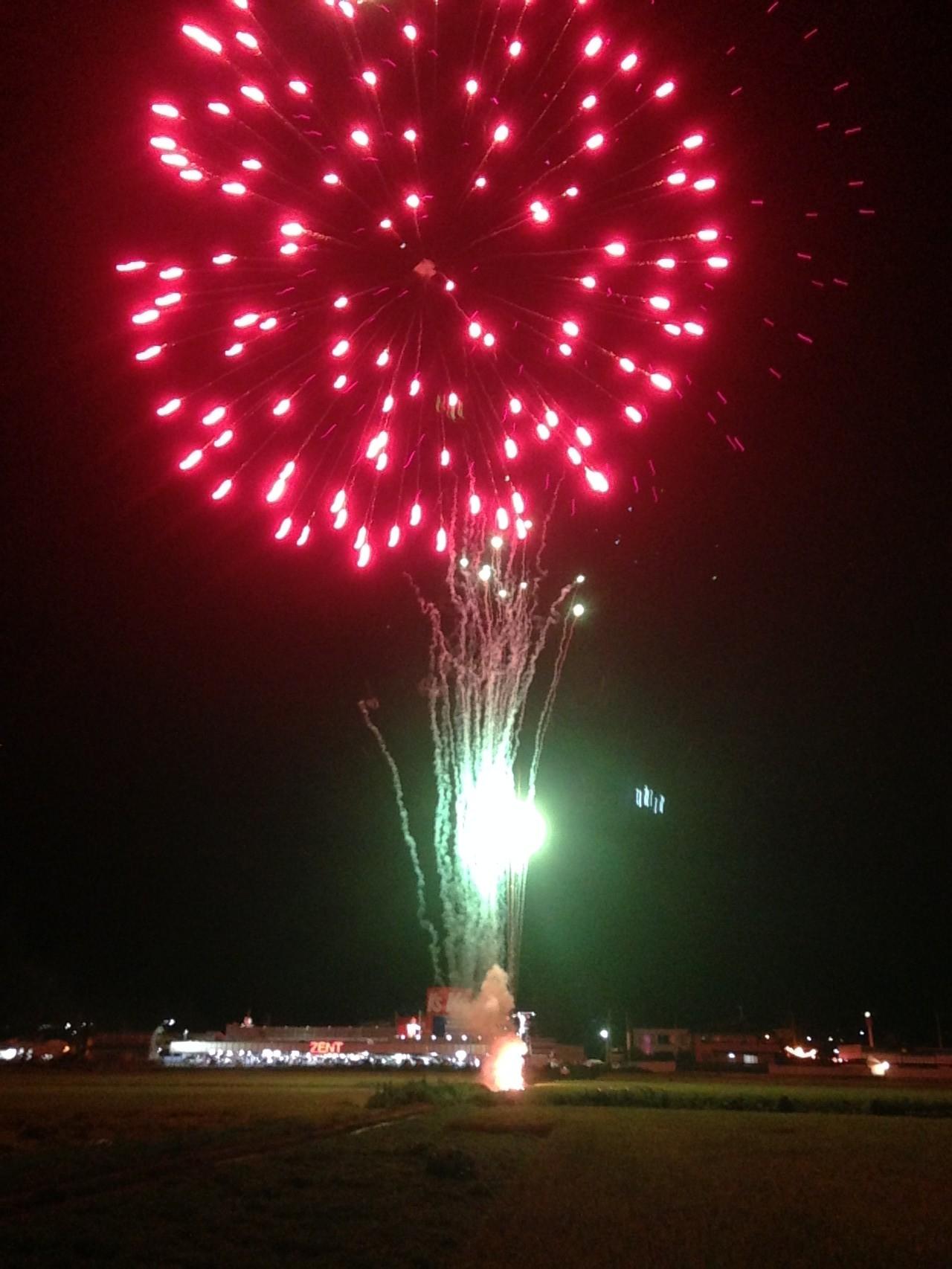 ハリカの夏祭りに出かけ、夏の夜空に広がるたくさんの花火を見に行きました