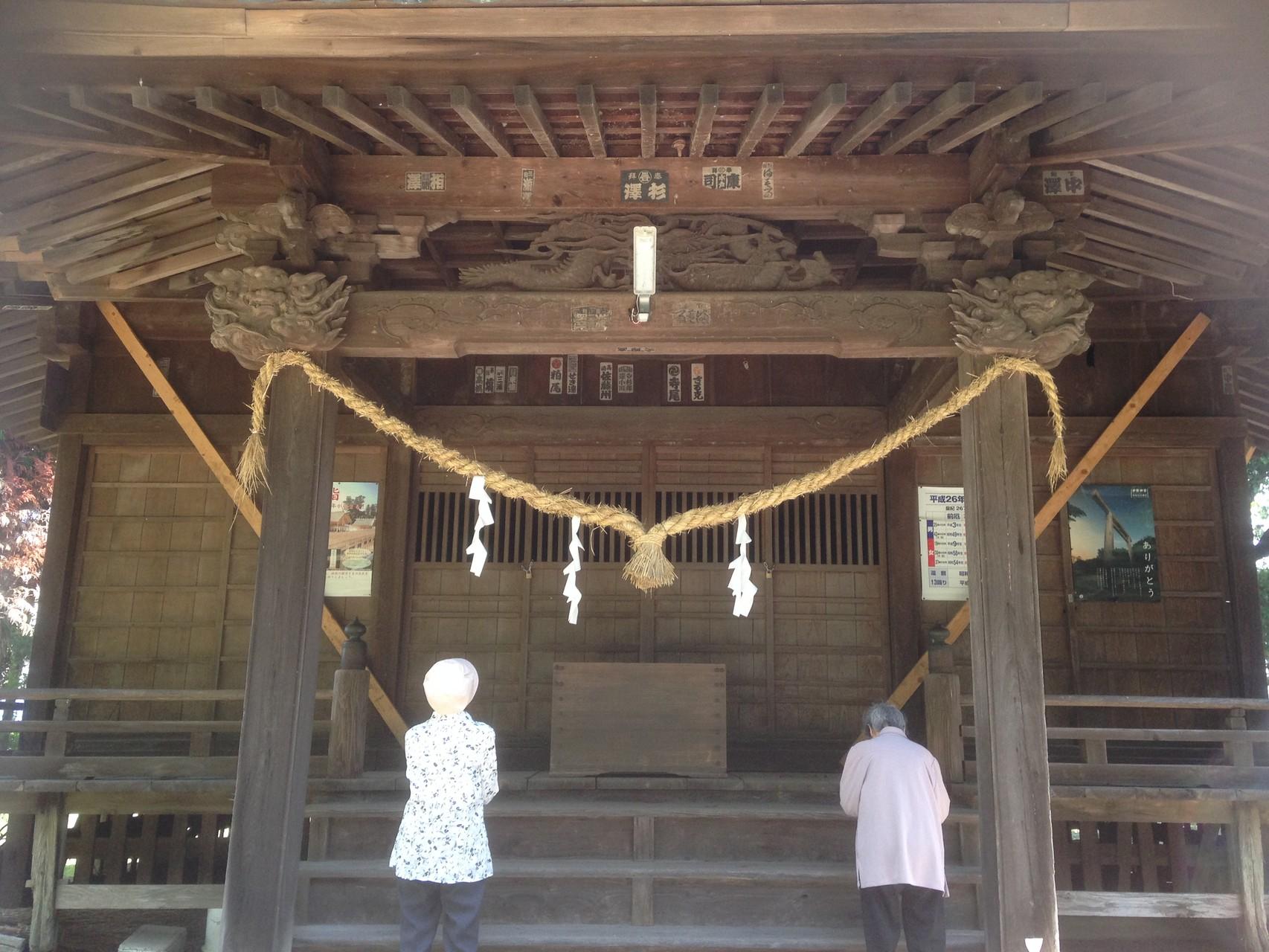 お散歩の途中で河合神社にてこれからも元気で健康に暮らせるようにお願いしております