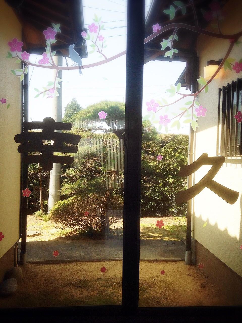 玄関から立派な松の木が見える景色が広がります