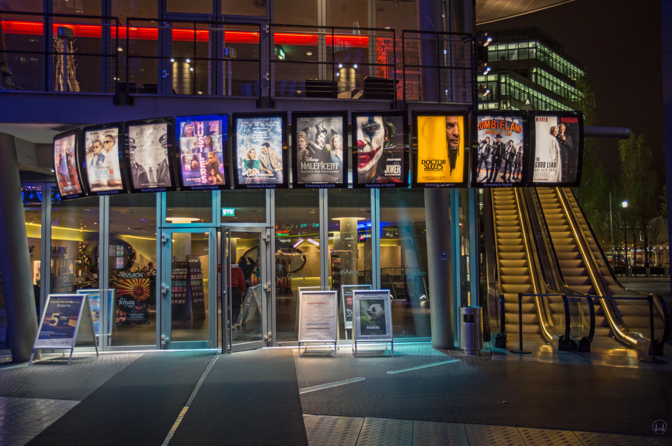 CineStar Kino im Sony Center Berlin. Eingangsbereich zum Foyer mit Anzeige der aktuell gespielten Filme.