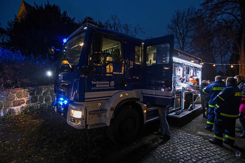 Auf dem Weihnachtsmarkt in Berlin - Lichtenrade präsentierte sich auch das THW. Begutachtung eines Einsatzfahrzeuges durch Publikum