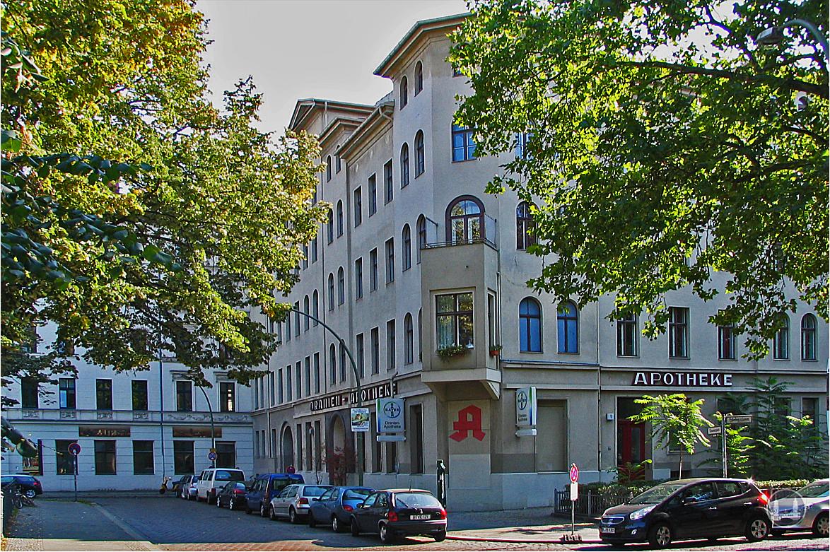 Oranien - Apotheke und Brasserie Ora, Berlin - Kreuzberg. Ansicht, als die Apotheke noch in Betrieb war.