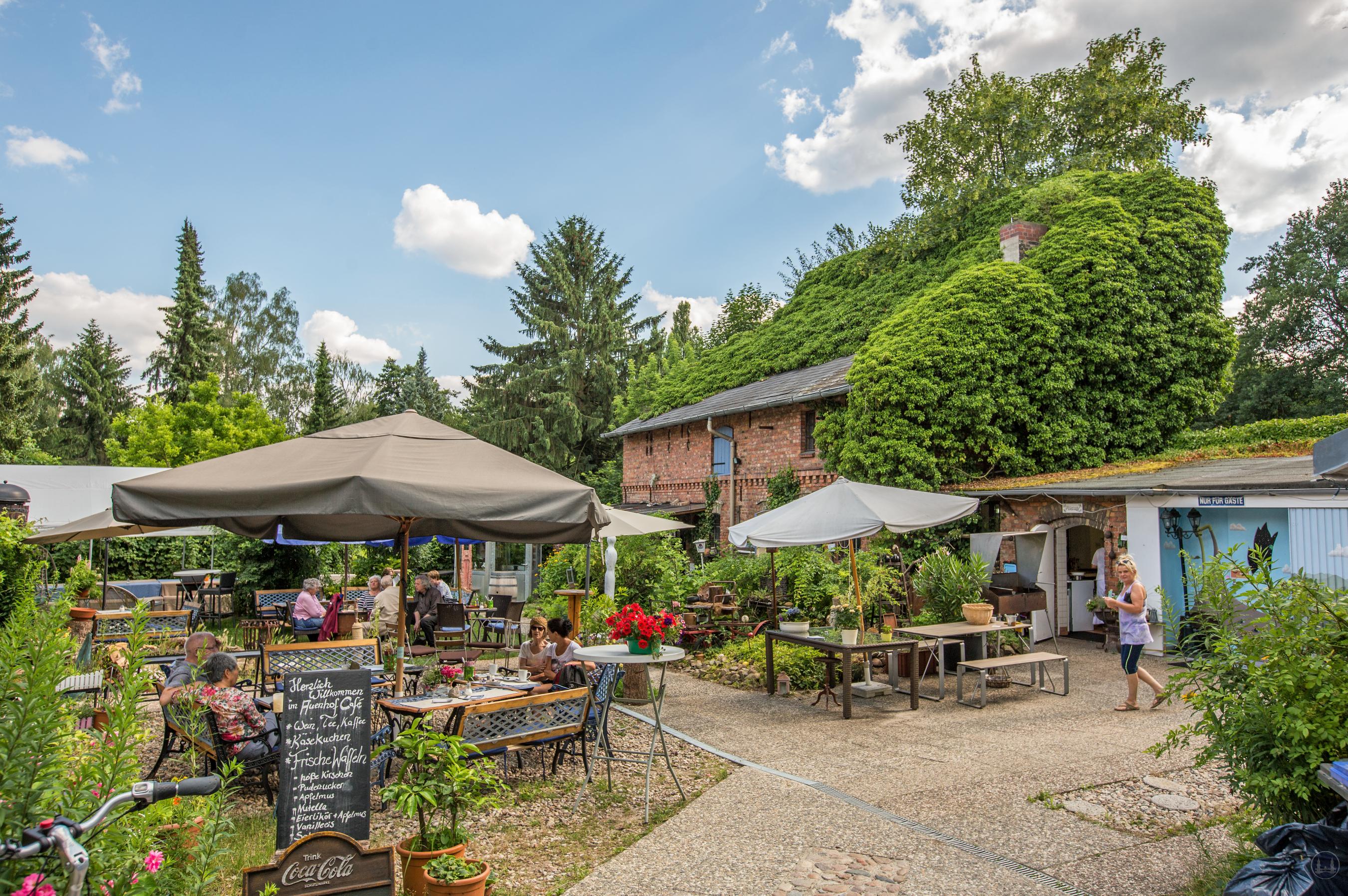Café im Auenhof und die Kunstgalerie Aagaard im Berliner Stadtteil Hermsdorf. Der Garten mit Blick zum alten Stall.