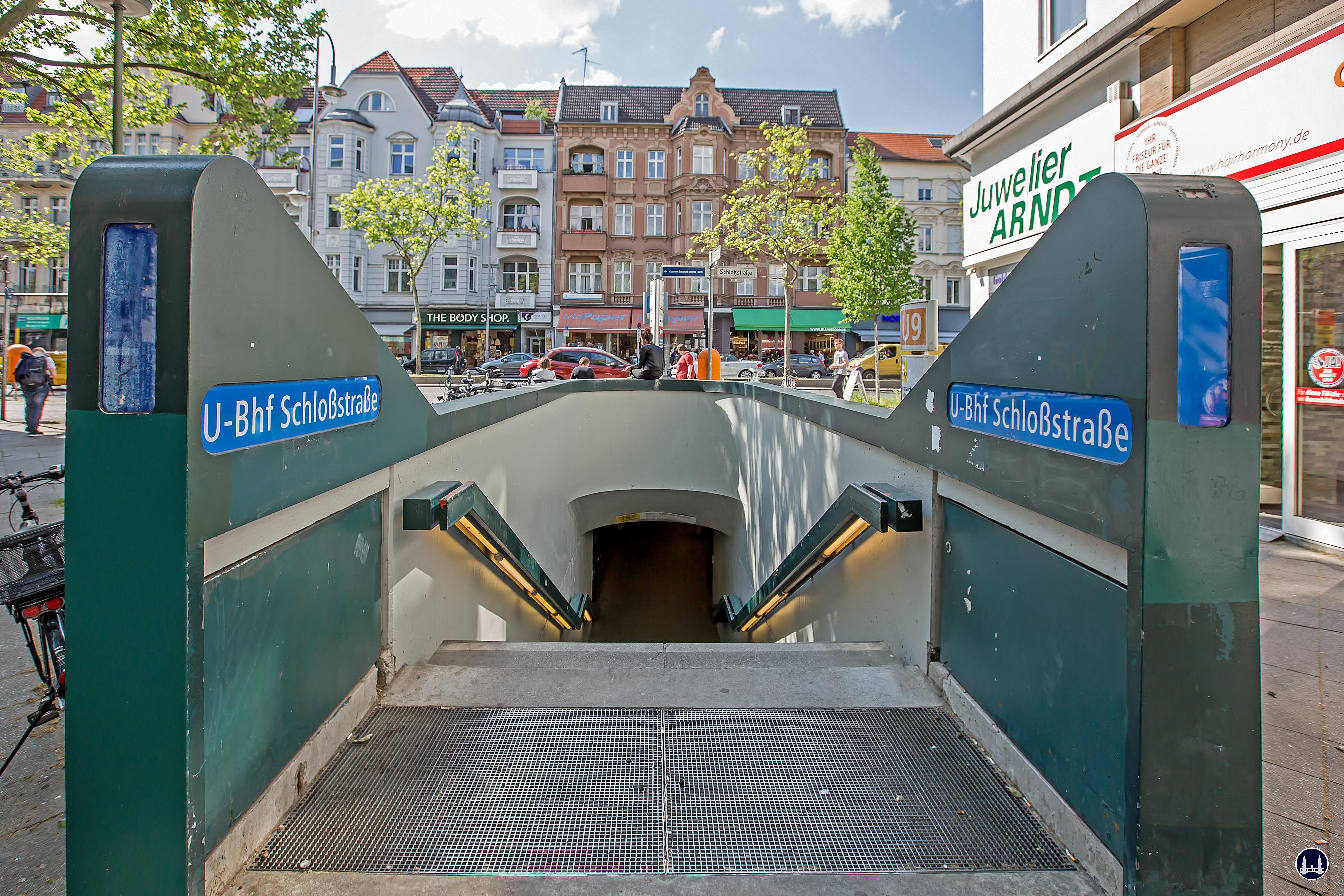 Das Ensemble U - Bahnhof Schloßstraße. Eingang Deitmerstraße.