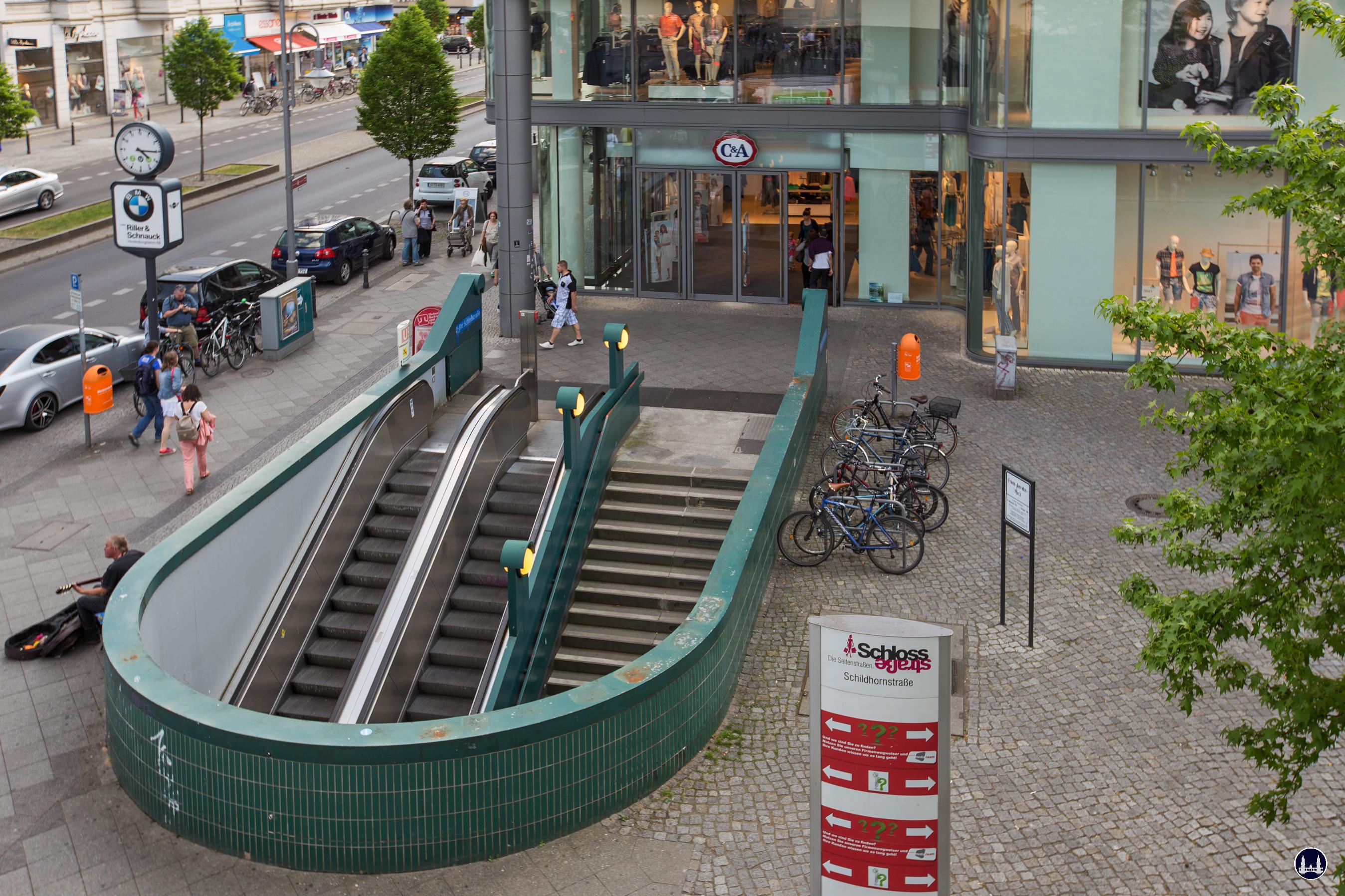 Das Ensemble U - Bahnhof Schloßstraße. Eingang vor dem C & A Textilkaufhaus.