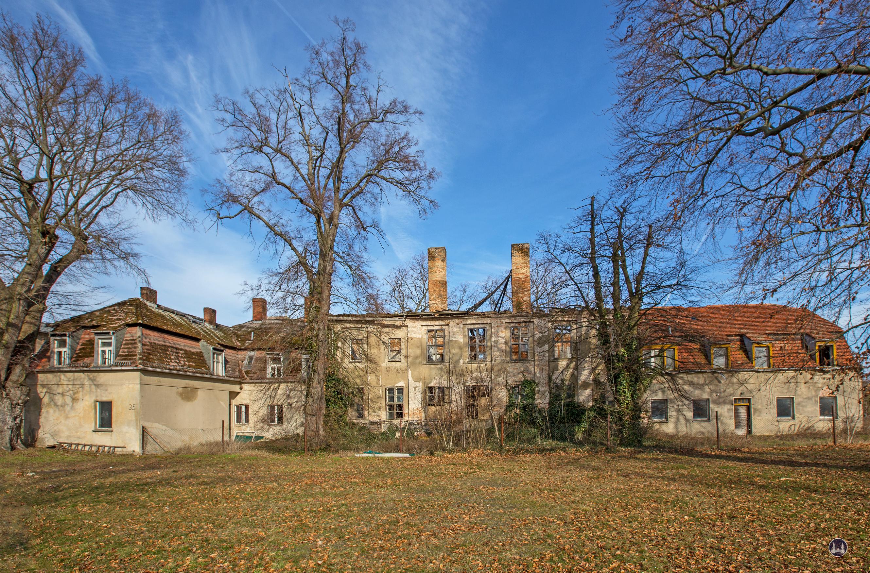 Historischer Gutshof Schloss Dahlewitz. Ansicht des Gutsgebäudes mit den beiden Seitenflügeln.