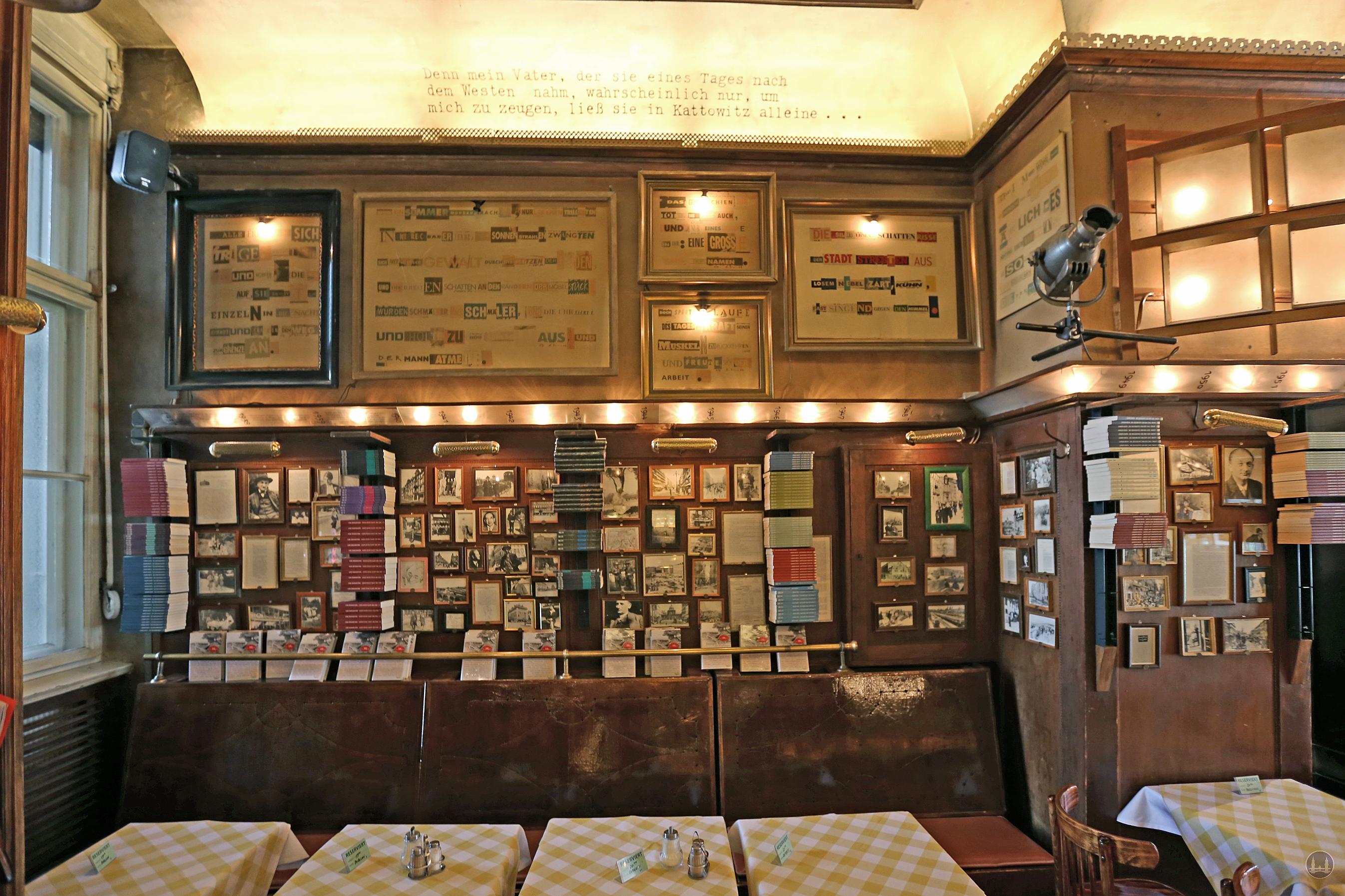 Die Joseph - Roth - Diele an der Potsdamer Straße. Bücher von Joseph Roth am Fenster zum Hof.