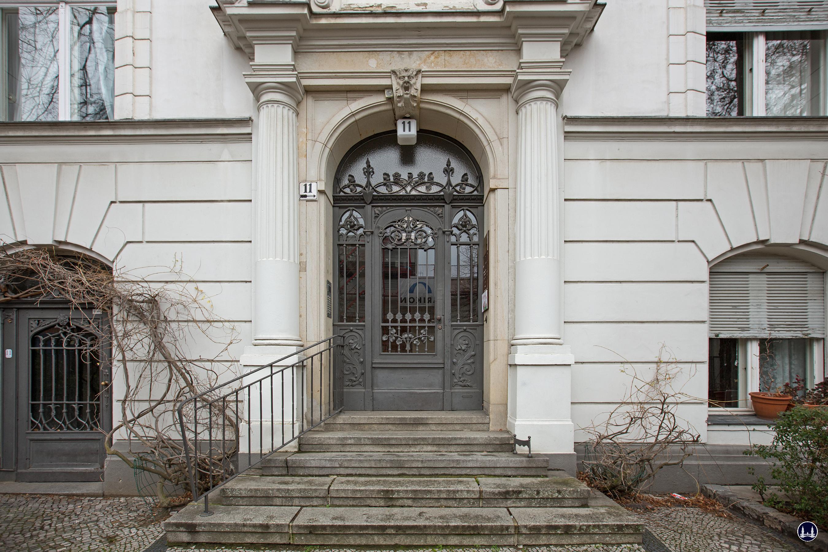 Blick auf den Eingang zum Vorderhaus.