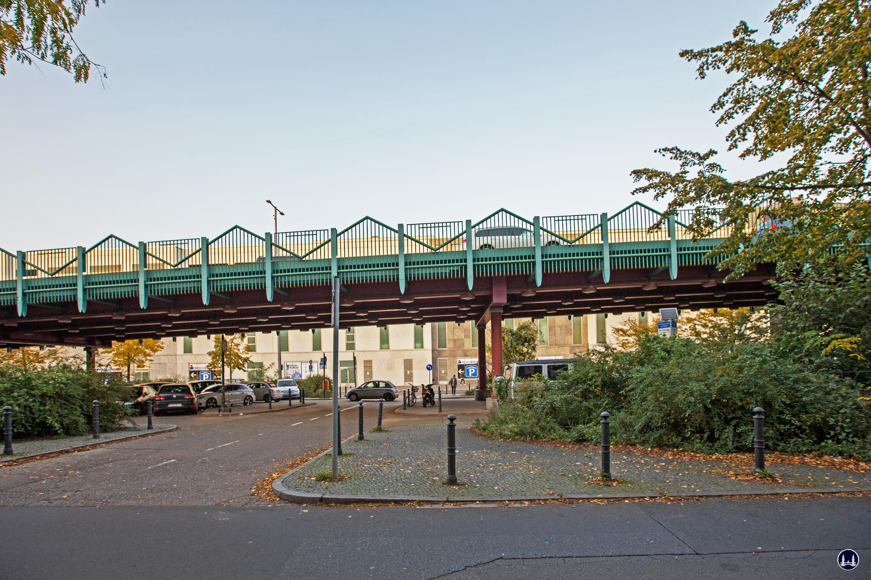 Das Ensemble U - Bahnhof Schloßstraße. Seitliche Ansicht der Brückenrampe der Joachim - Tiburtius - Brücke.