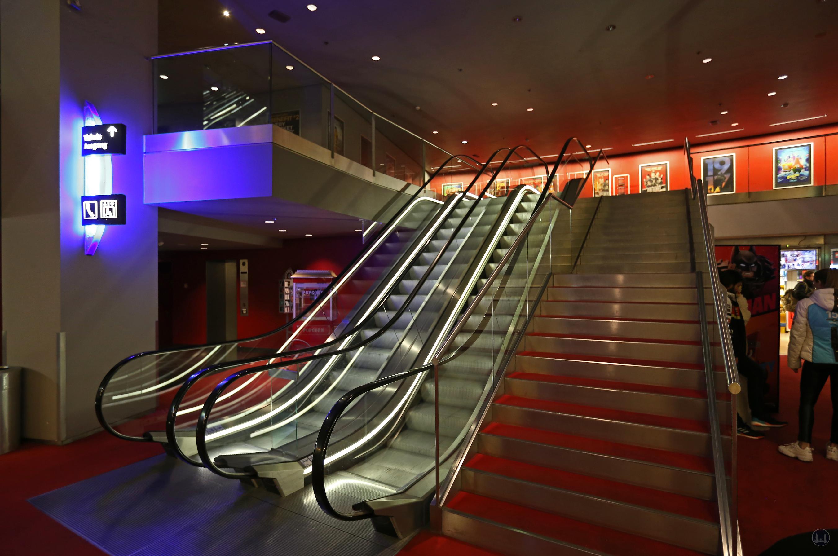 CineStar Kino im Sony Center Berlin. Das untere Ende der Fahrtreppen im Kinobereich.