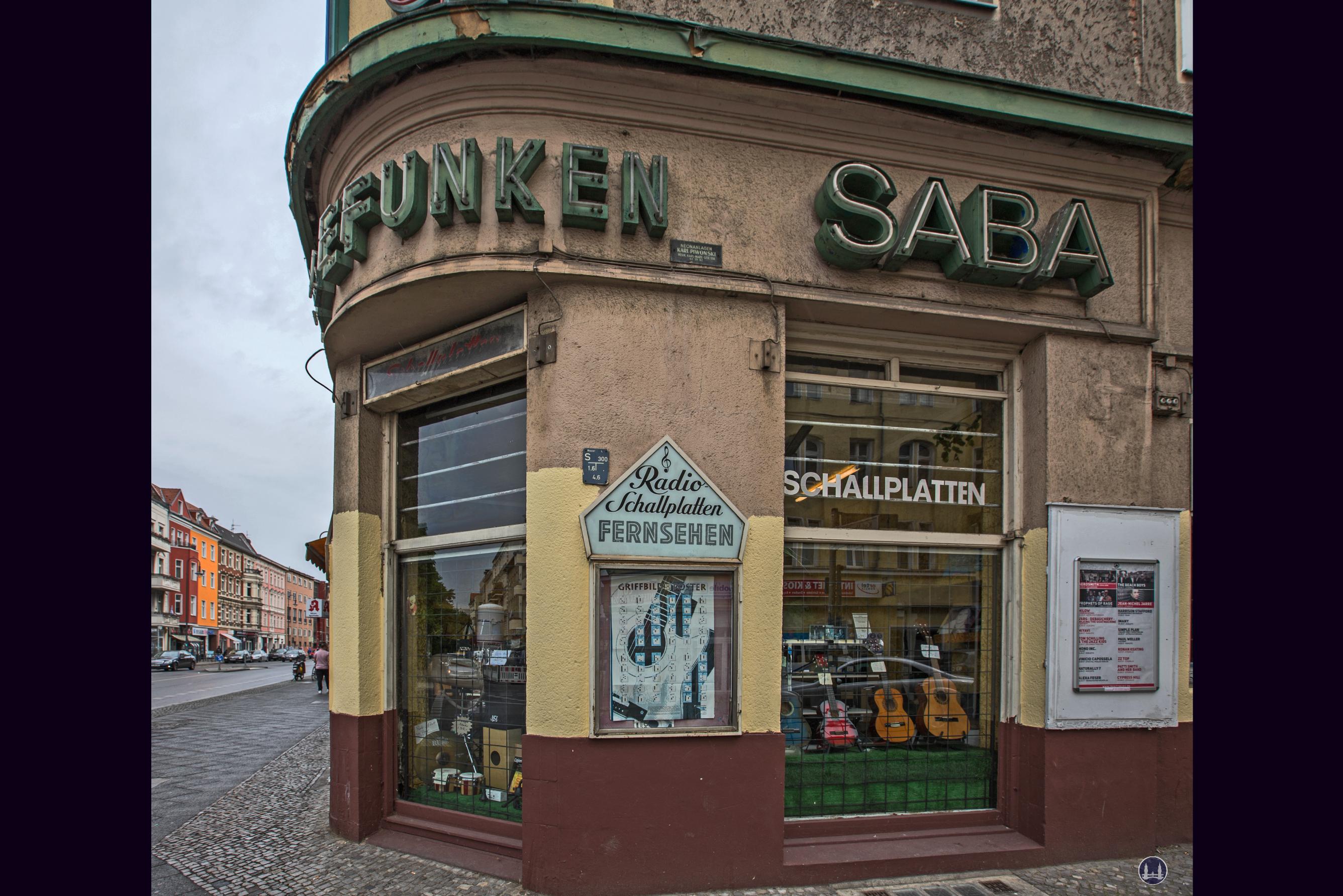 Musikhaus Bading in Berlin - Neukölln, Karl - Marx - Straße. Eckfenster zur Thomasstraße.