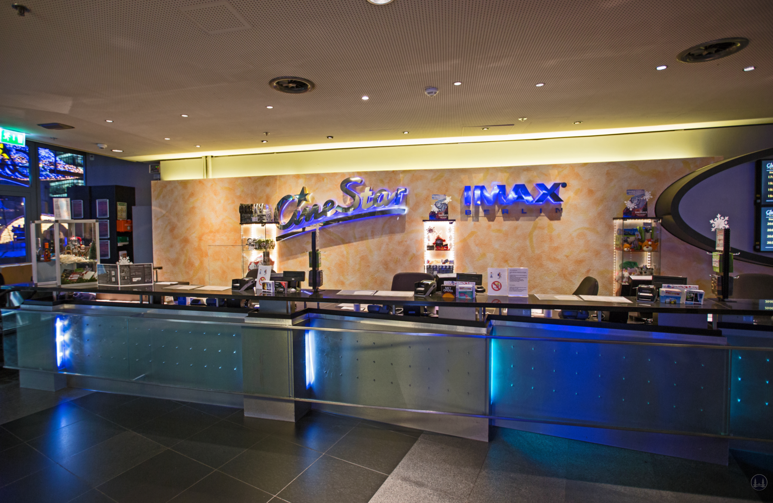 CineStar Kino im Sony Center Berlin.  Der Kassenbereich im Foyer.