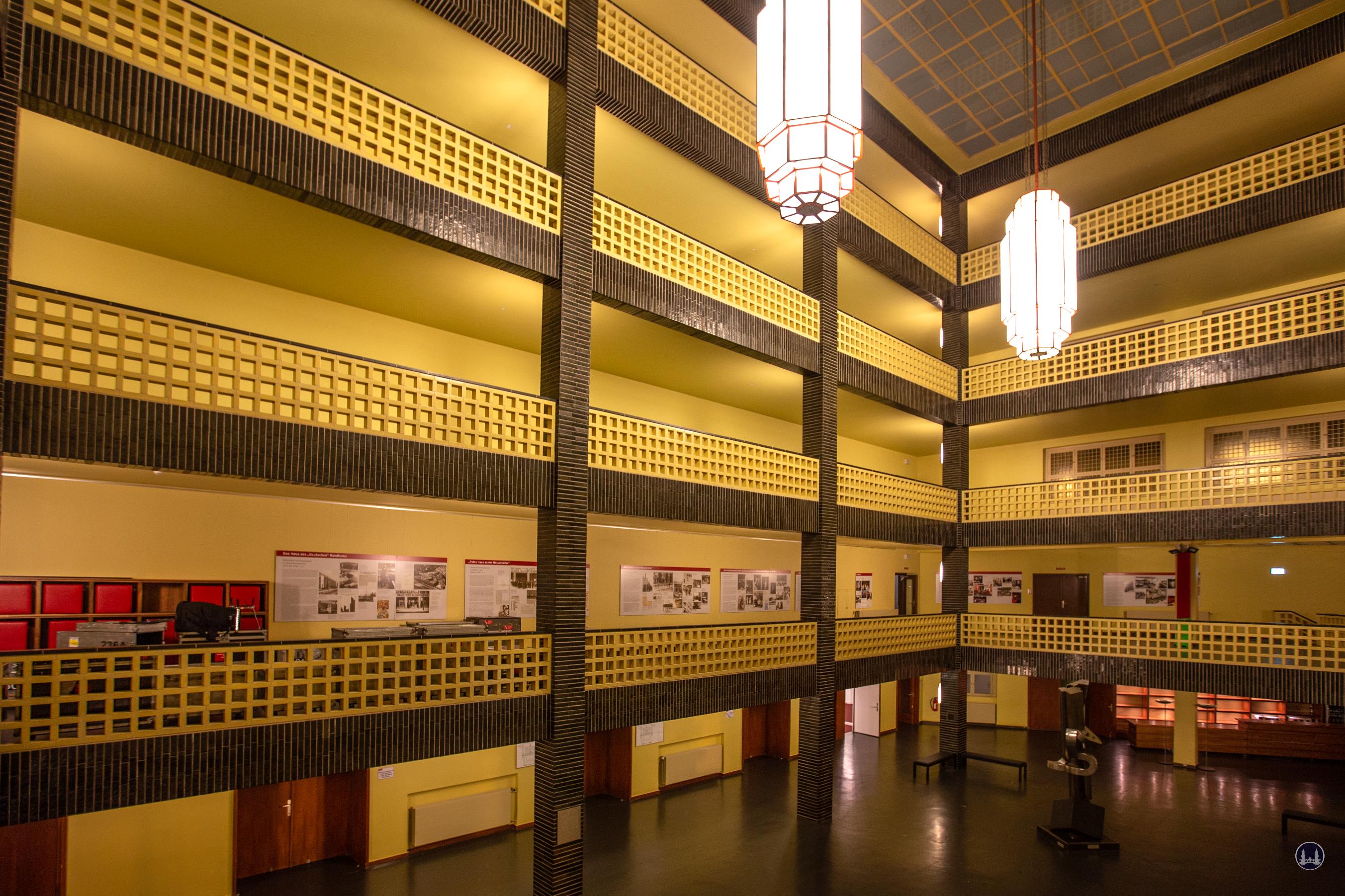 Die rbb Abendschau. Ein Besuch im Sendezentrum.  Der Lichthof des Funkhauses in der Masurenallee.