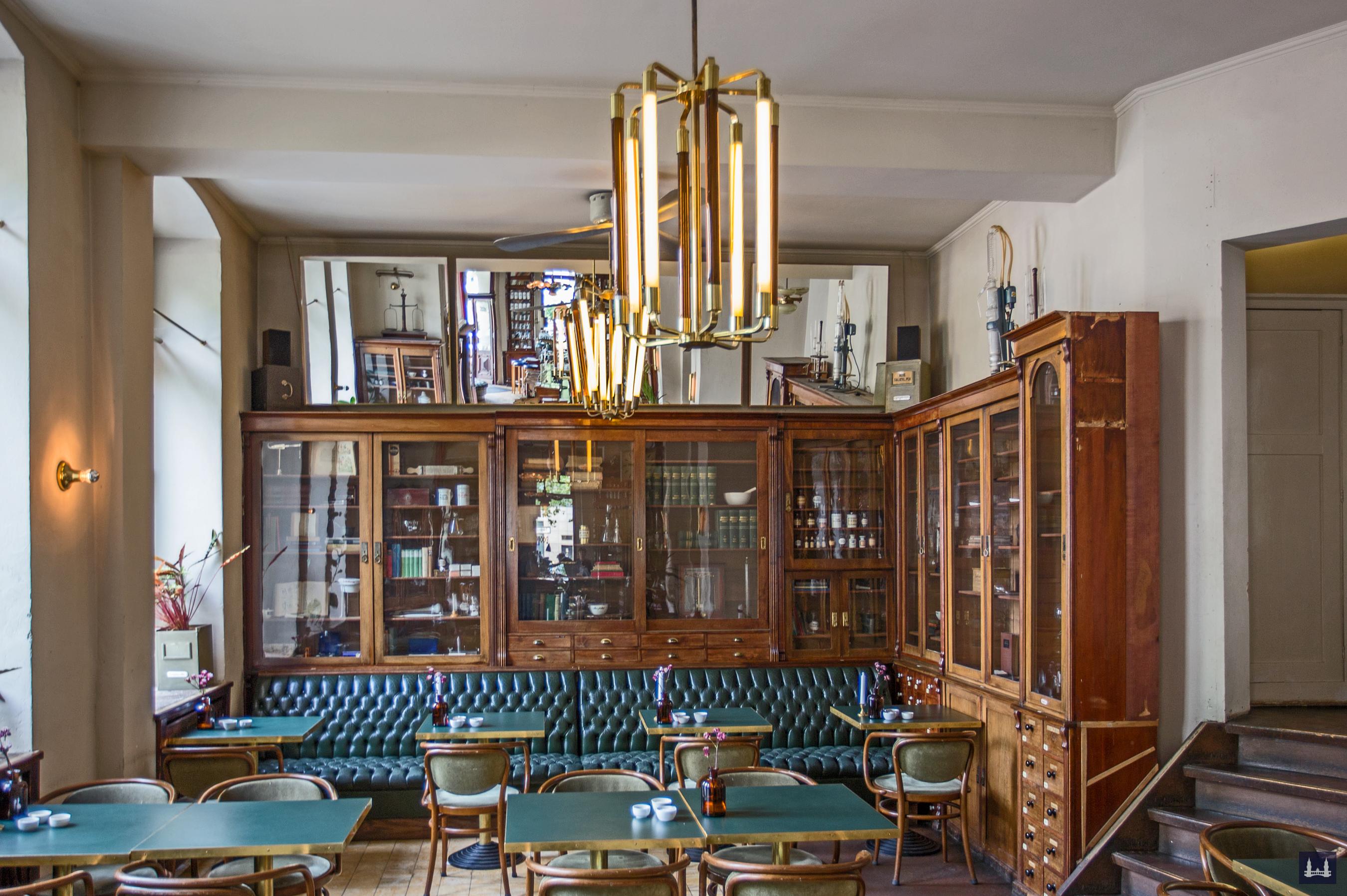 Oranien - Apotheke und Brasserie Ora, Berlin - Kreuzberg. Innenansicht hinterer Teil des Gastraumes.