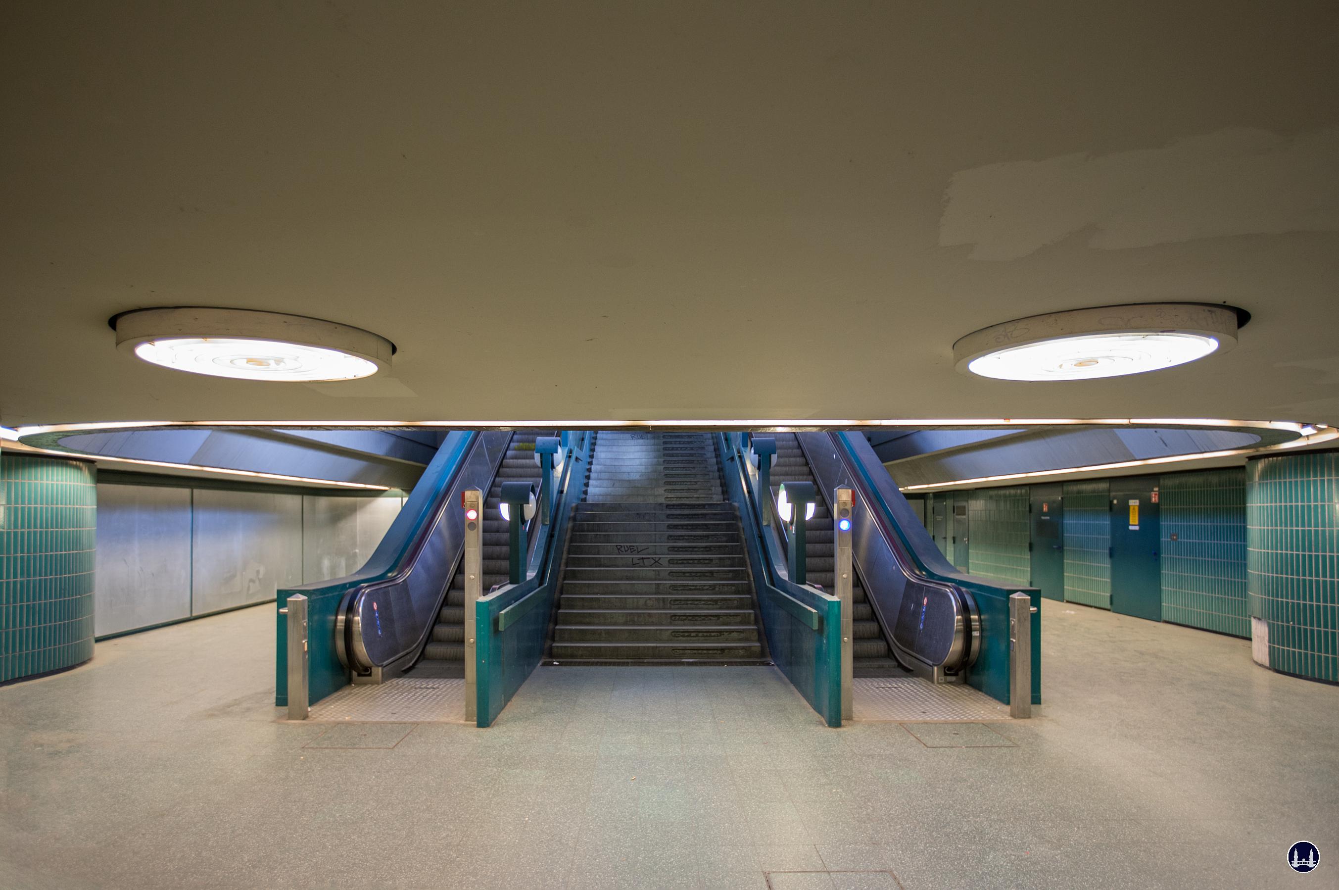 Das Ensemble U - Bahnhof Schloßstraße. Treppenabgang zum Verteilergeschoss. Die leider auf Grund von Vandalismus verblechten Schaufenster links gehören zum Spielwarenladen.