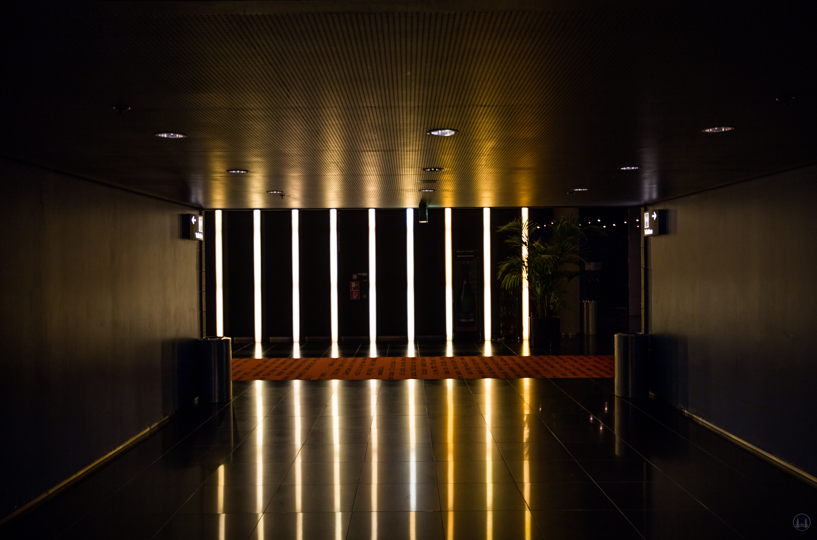 CineStar Kino im Sony Center Berlin. Blick vom Toilettenbereich zum Flur.