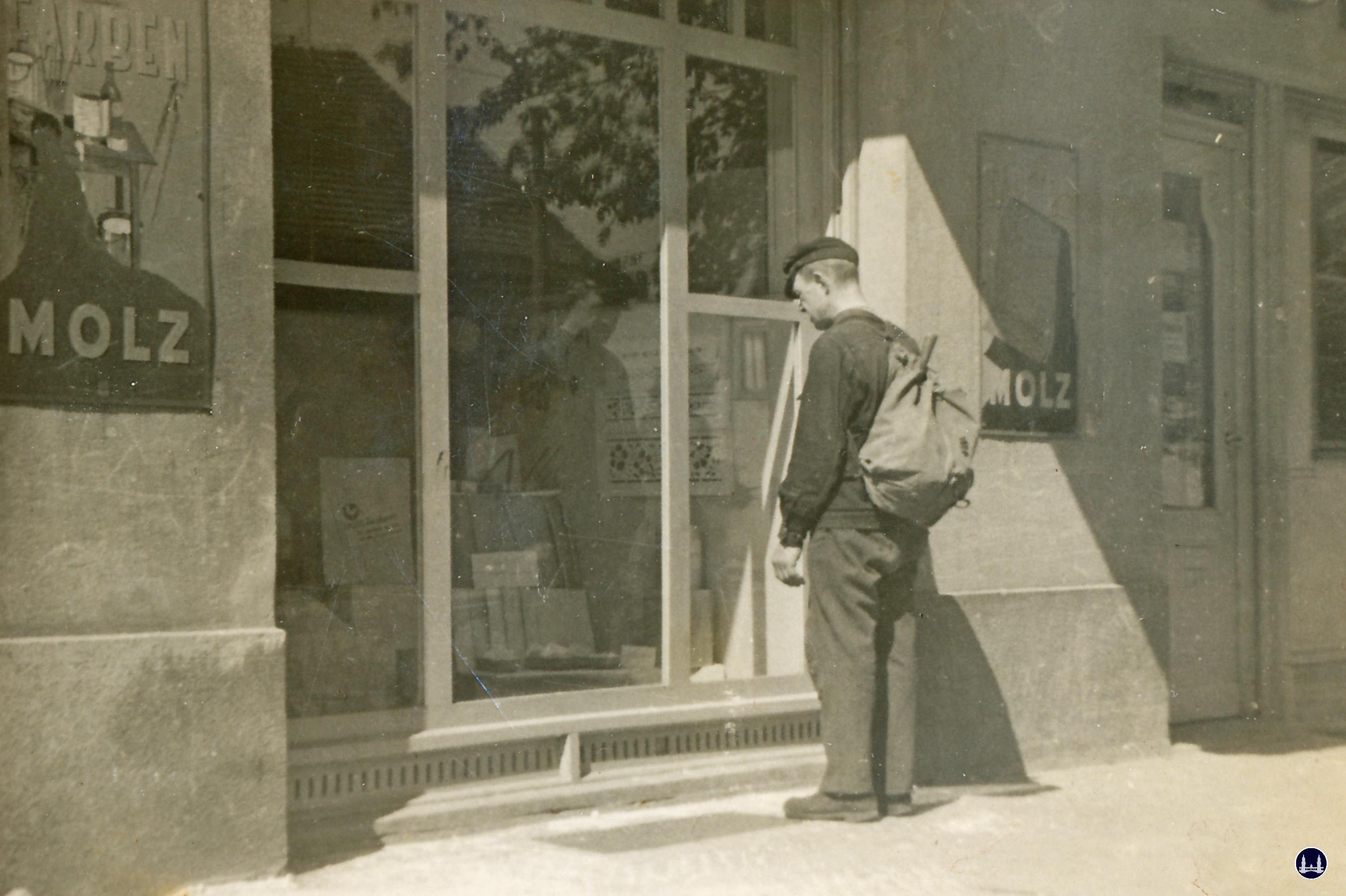 Molz Raumdesign am Mariendorfer Damm. Kunde vor dem Schaufenster in der Nachkriegszeit.