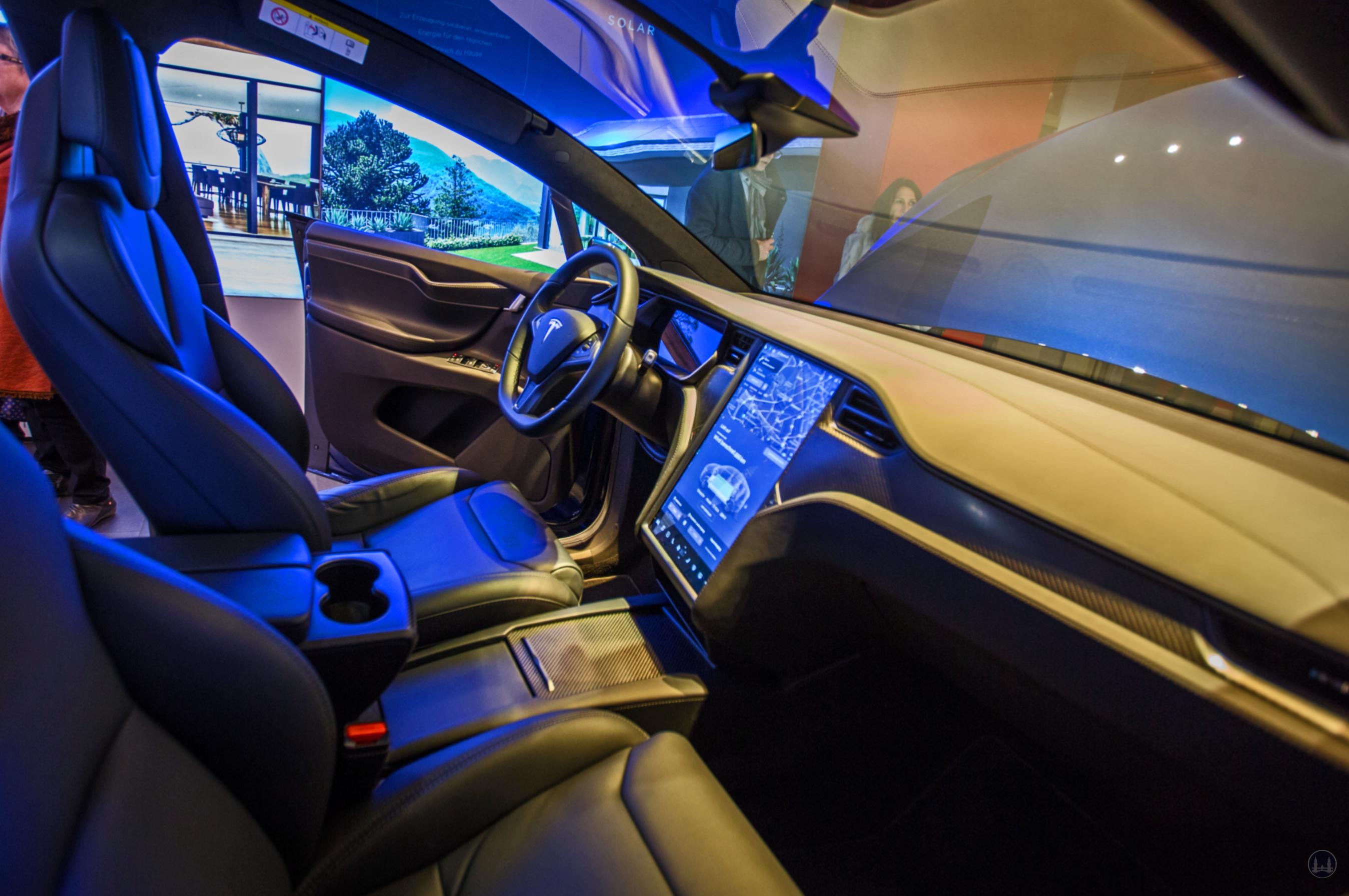 Berlin Kurfürstendamm Tesla Store Modell X. Blick auf das Cockpit des Fahrzeugs.