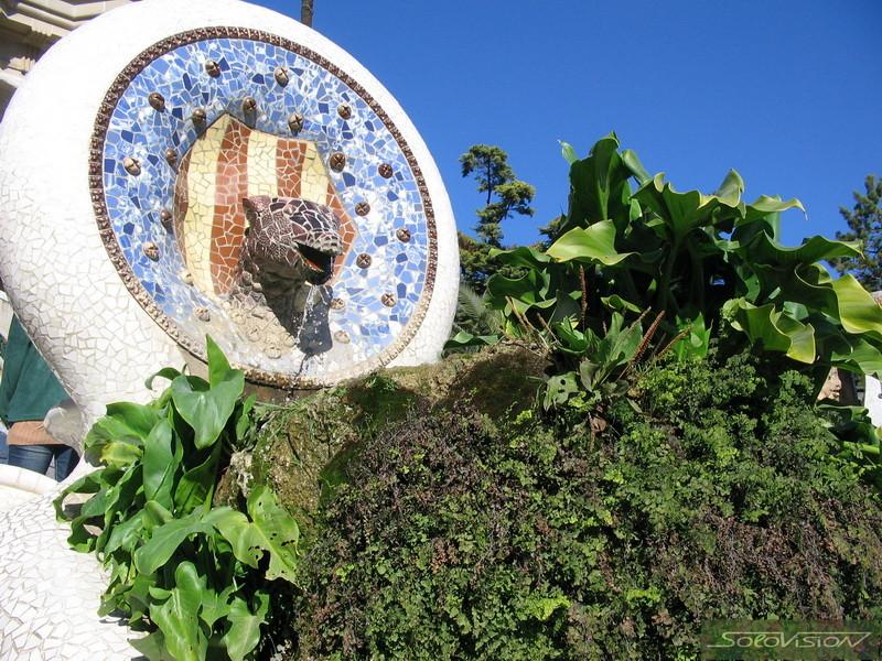 Мозаичная саламандра (кат. el Drac) - алхимический символ огня - на входе
