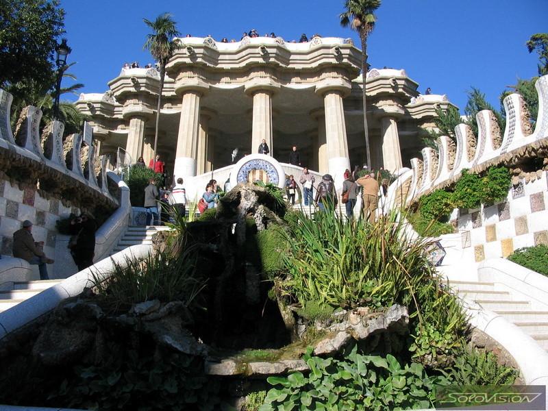 """Парк Гуэль. Парадная лестница с фонтанами к залу """"Ста колонн"""""""
