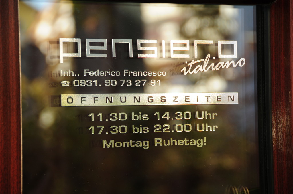 Pensiero Italiano, Würzburg, Fensterbeschiftung, Folienbeschriftung, Folienbeklebung, Fenster bekleben, Glas bekleben