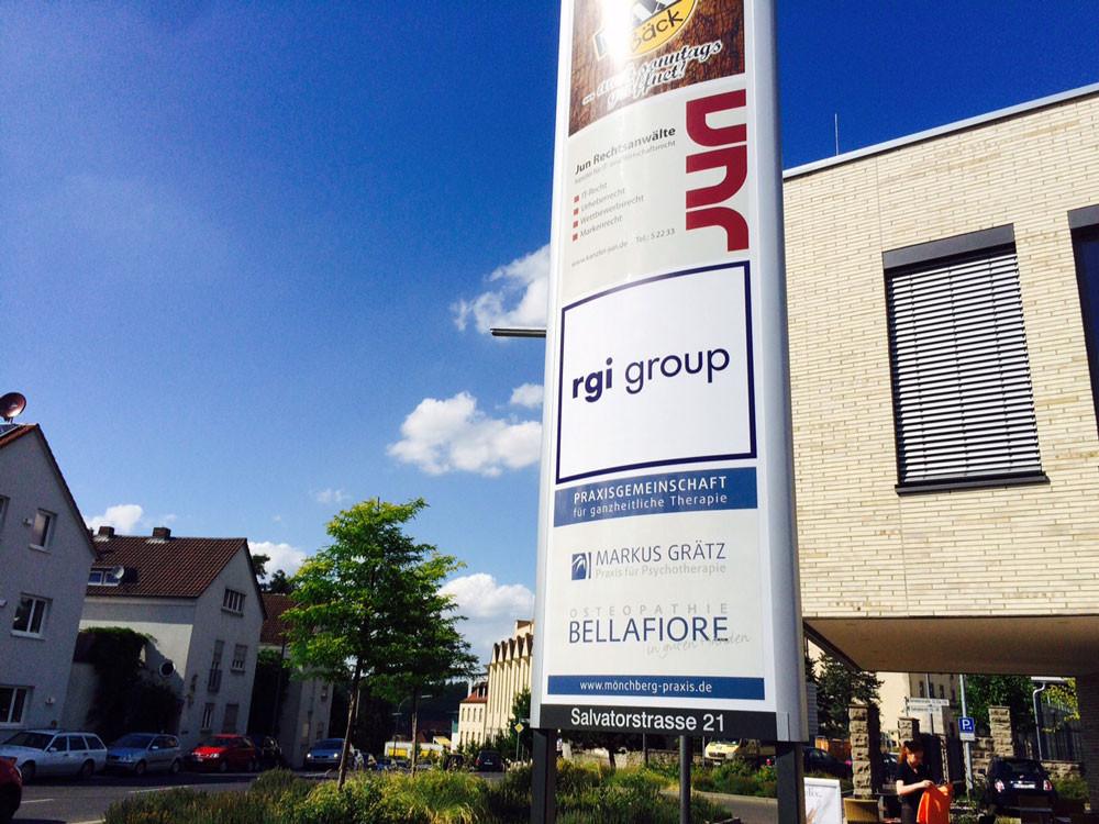 Beschriftung Werbepylon (RGI group) hinterleuchtet, Werbetechnik, Schild, Pylon beschriften