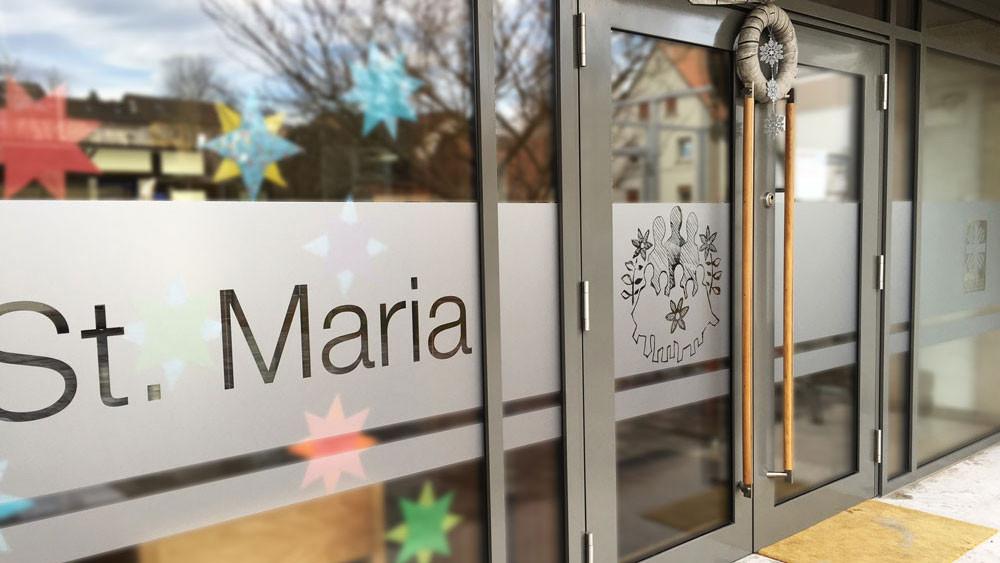 Fensterbeklebung mit Mattglas-Dekorfolie, Fensterbeschriftung, Schaufenster, Folienbeschriftung, Folienbeklebung, Fenster bekleben, Glas bekleben