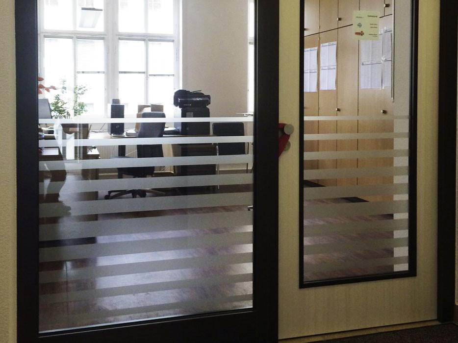 Büro-Sichtschutzbeklebung Glasdekor Mattlglasfolie, Beschriftung, Glasfenster, Werbetechnik, Flachglasfolierung