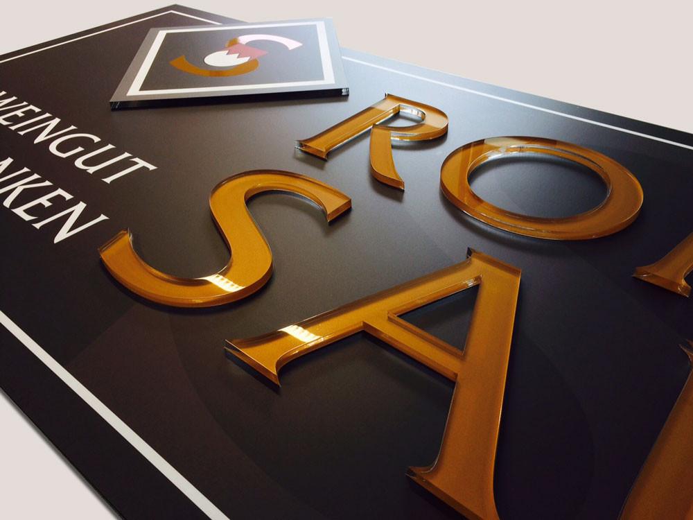Firmenschild mit aufgesetzten folierten Acrylglas-Einzelbuchstaben, Werbetechnik, Schild, hochwertig,