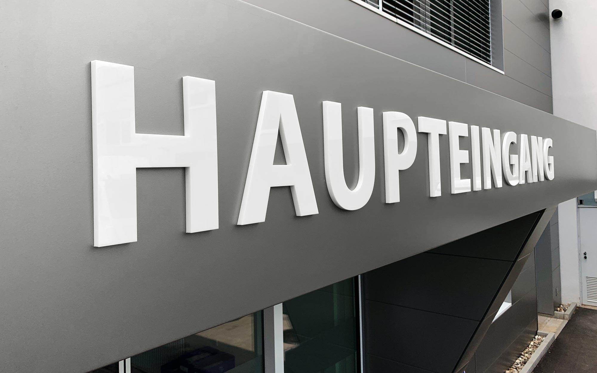 3D-Beschriftung am Haupteingang der Mainfränkischen Werkstätten