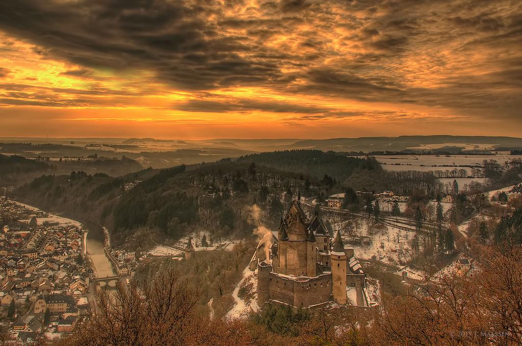 Uitzicht op Vianden (Luxemburg) - View on Vianden (Luxemburg).