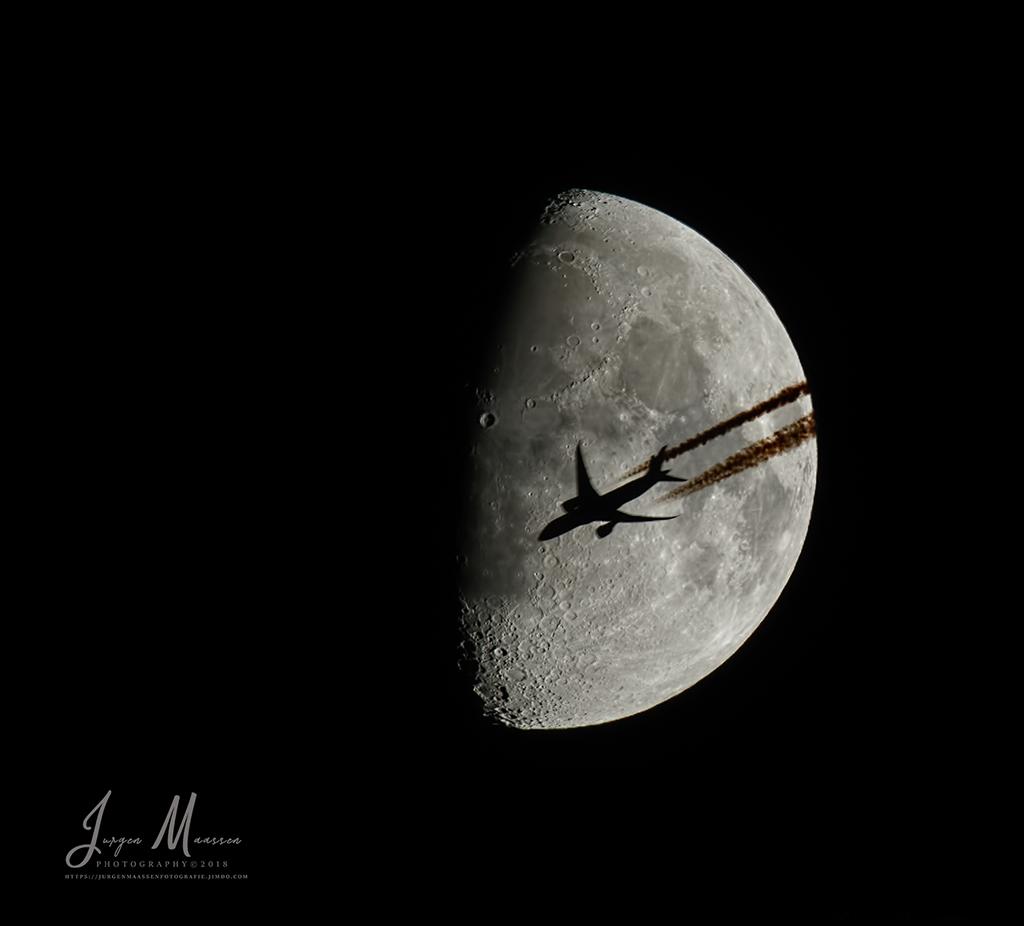 Vliegtuig passeert de maan (08Dec2016) - Airplane passing the moon (08Dec2016).