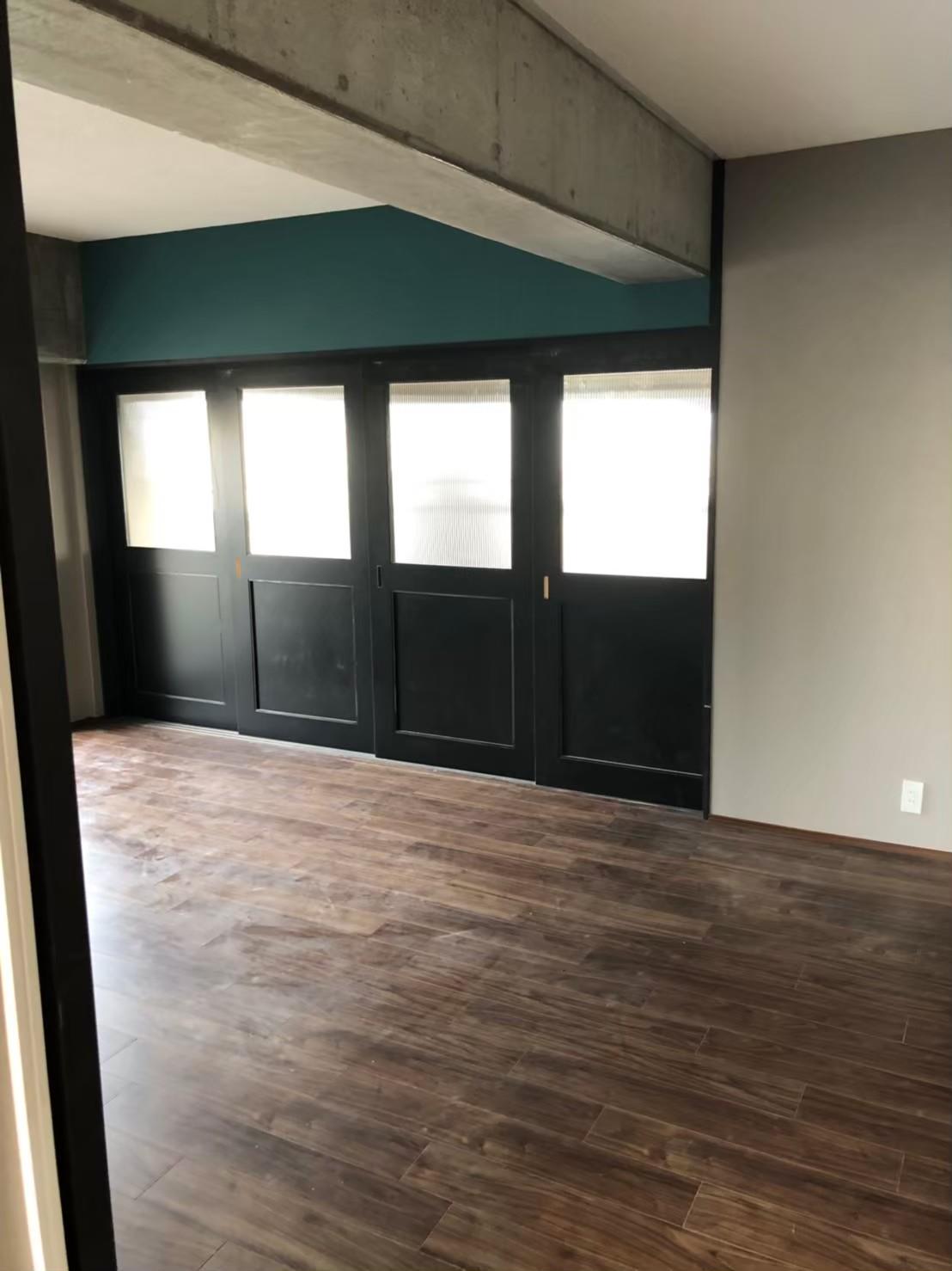 リビング建具…4枚引き込み扉。室内の建具に合わせたデザインと色にてオーダー製作
