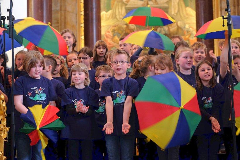 Kinder singen mit Freude