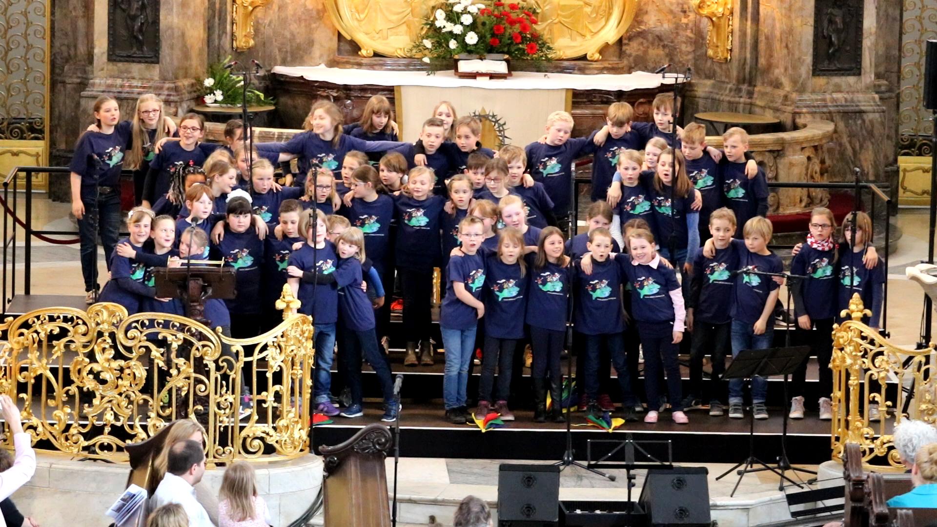 Kinder singen miteinander
