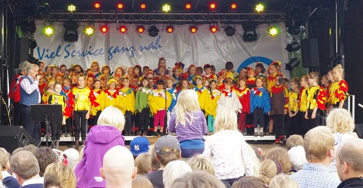 Eindrucksvoller Auftritt in Kostümen, die Choreltern für die Kinder geschneidert hatten.