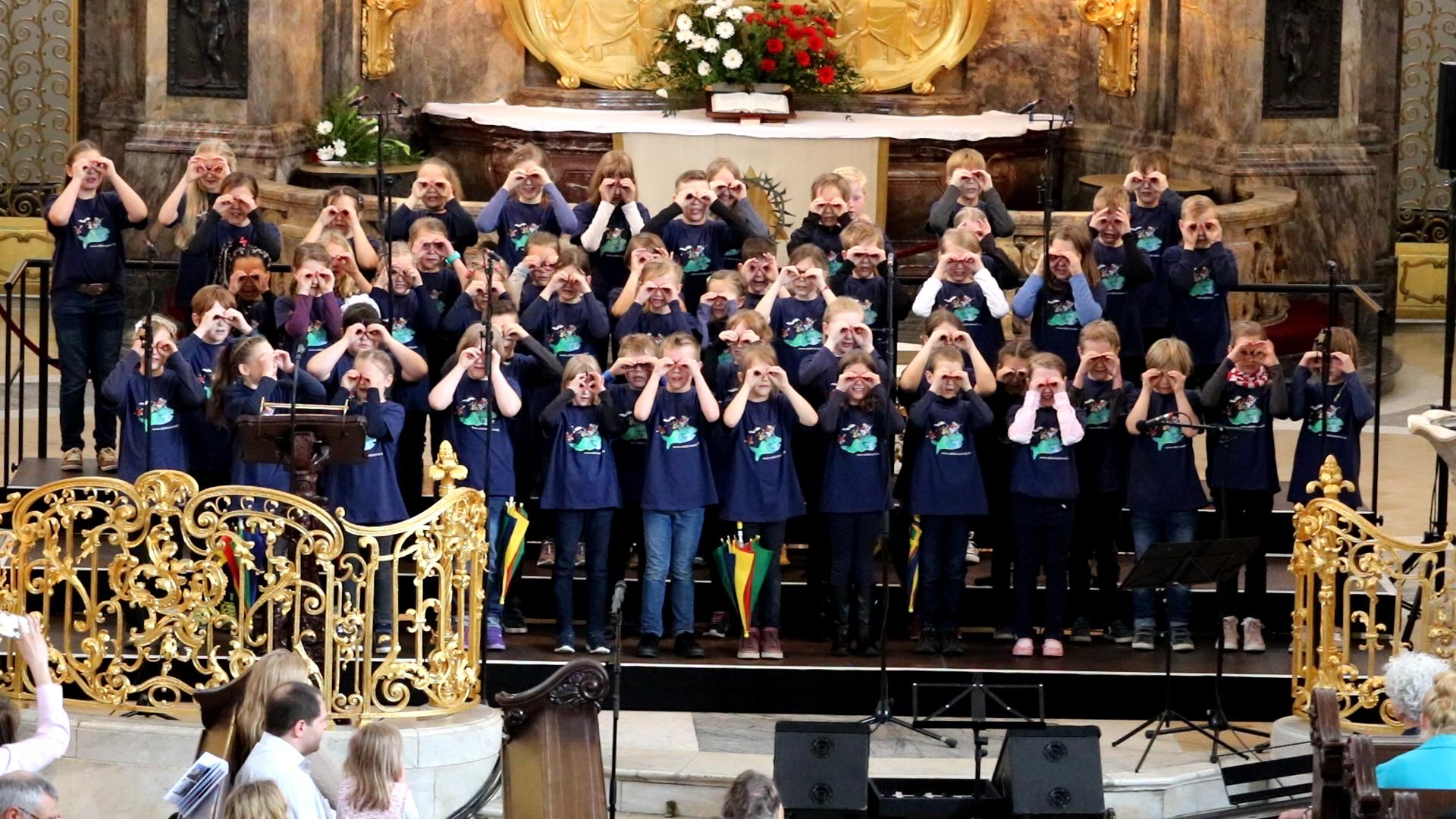 Kinder singen mit Elan