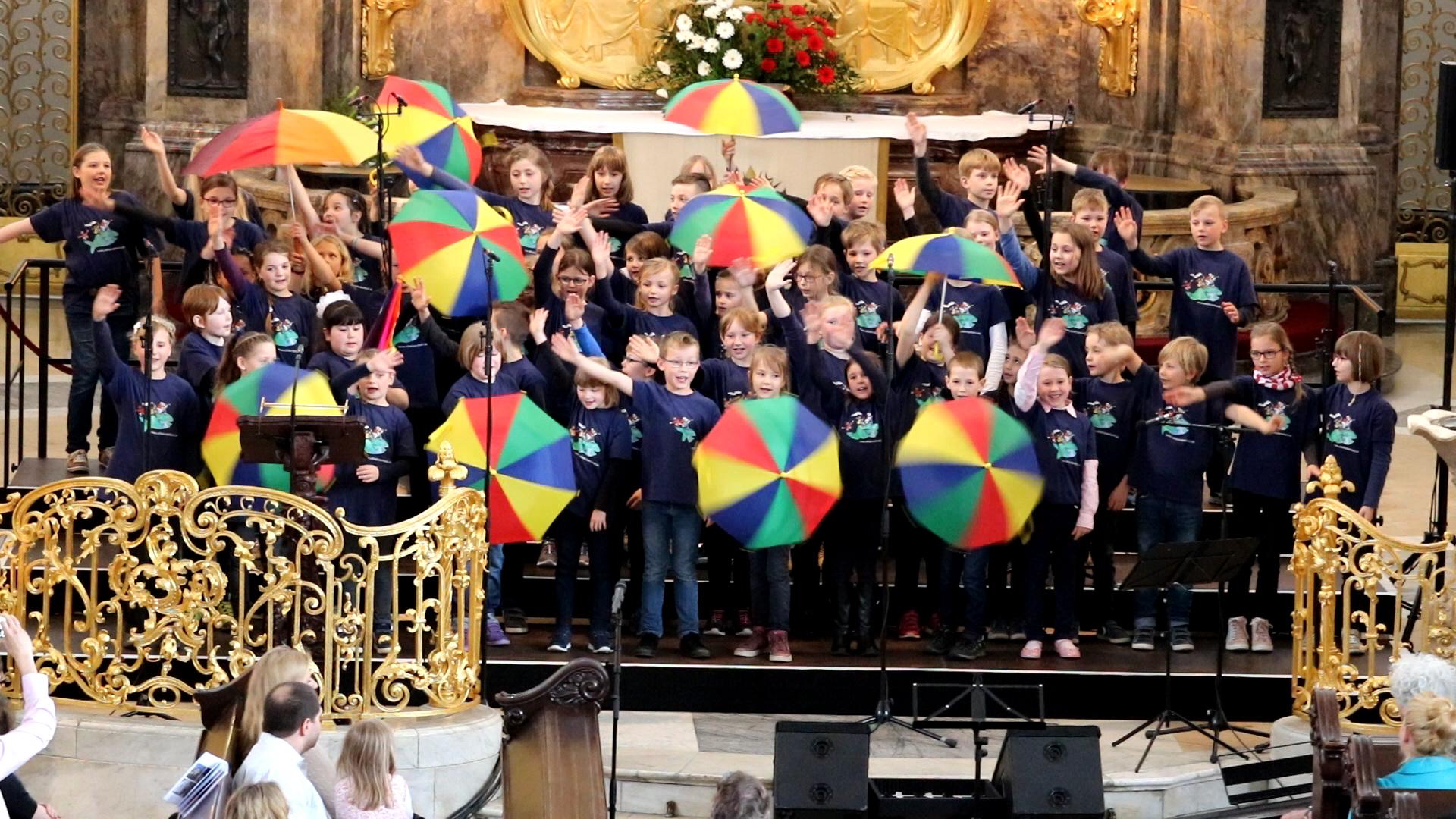 Kinder singen mit Begeisterung