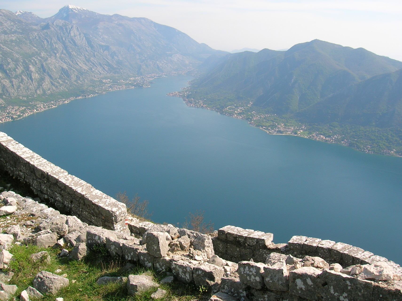 Blick von der Festung Sveti Andrija auf die Bucht von Kotor