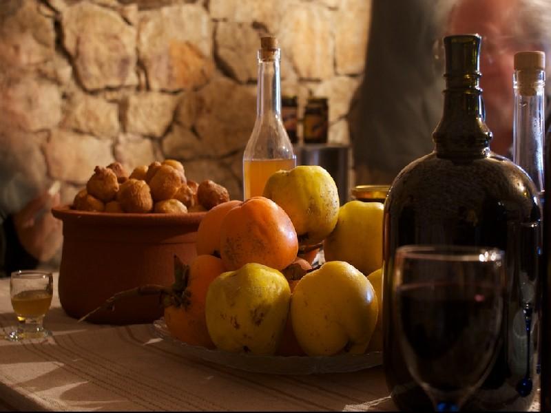 Festtagstafel bei Weinbauern in Rvasi am Skadar-See