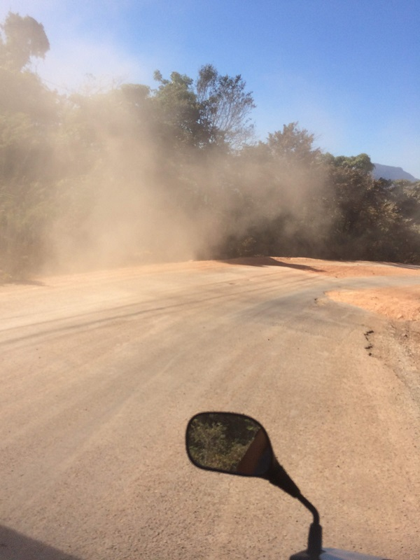 Keine Ahnung wie viel Sand wir geschluckt haben - Die wohl übelsten 40 Km bis Vieng Kham...