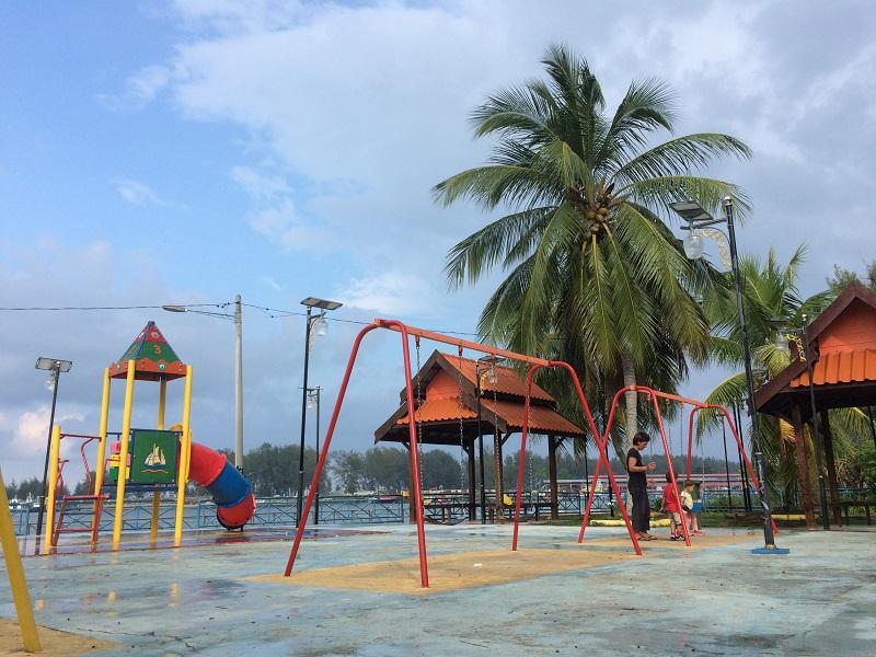 Am Spielplatz in Kuala Besut