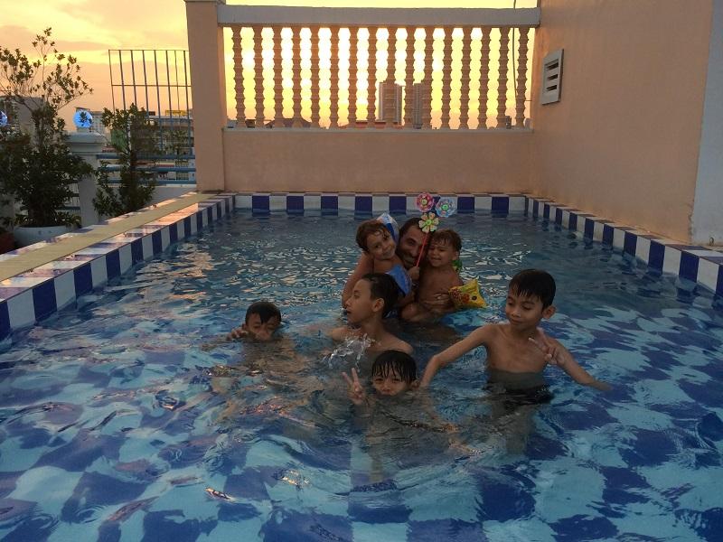 Im kleinen Pool spielen und entspannen
