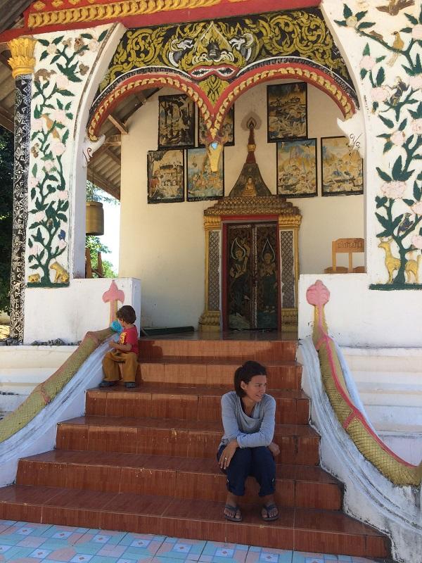 Tempelbesichtigung im Dorf