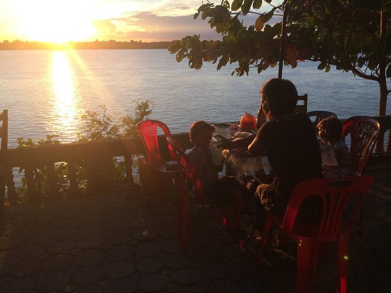 Direkt am Mekong beim Nachtessen den Sonnenuntergang geniessen