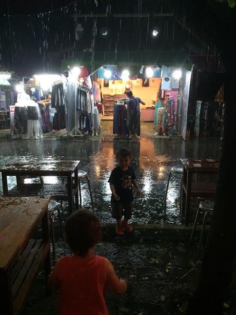 Erster heftiger Regenguss...Freiwillige Dusche für Gabriel! ;-)