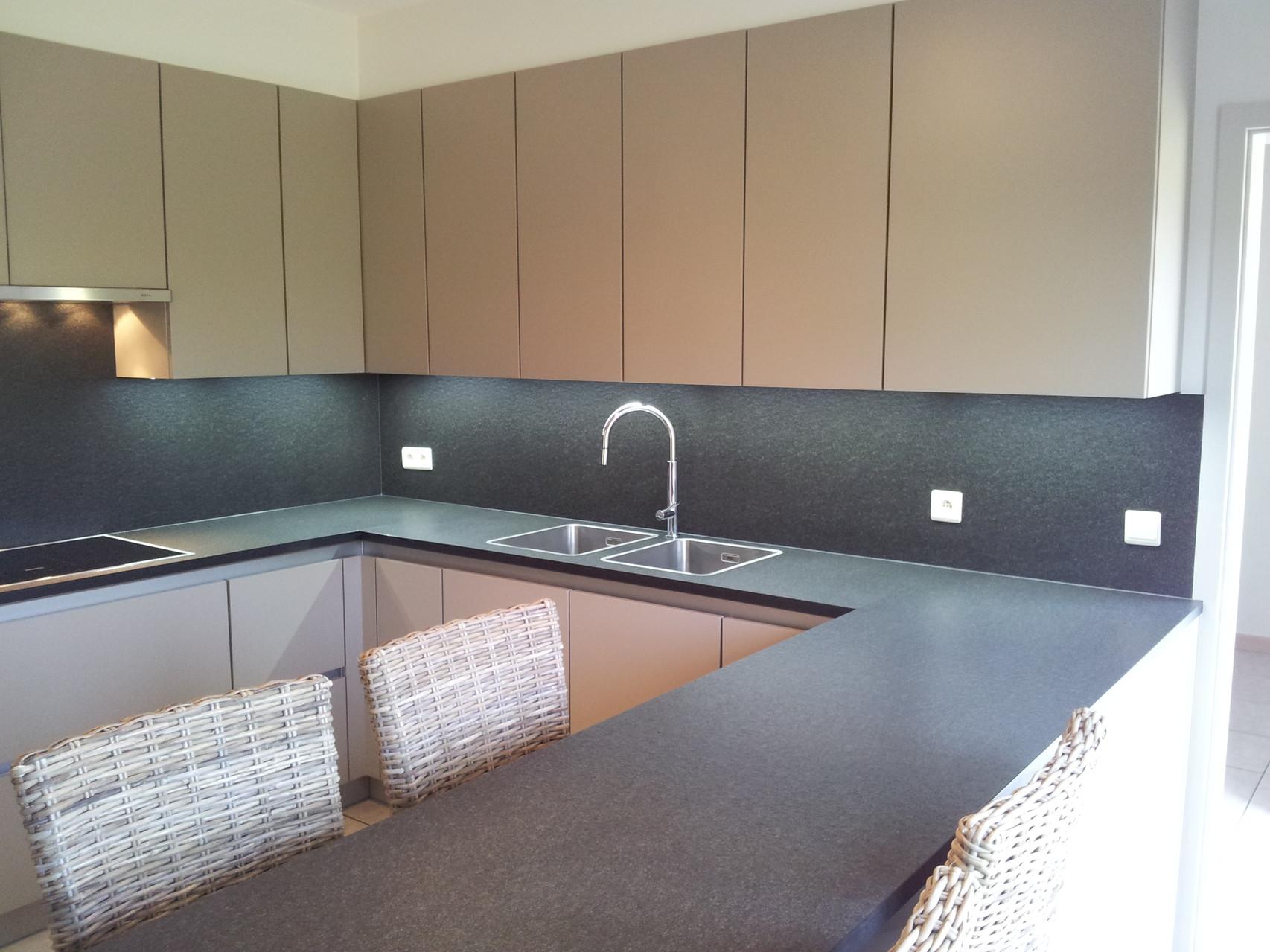 keuken met fronten in poederlak, werkblad zimbabwe black anticato en miele inbouwtoestellen
