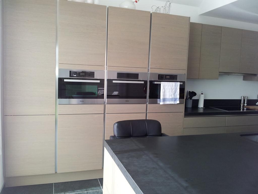 keuken met fronten in houtfineer, werkbladen in graniet Zimbabwe black